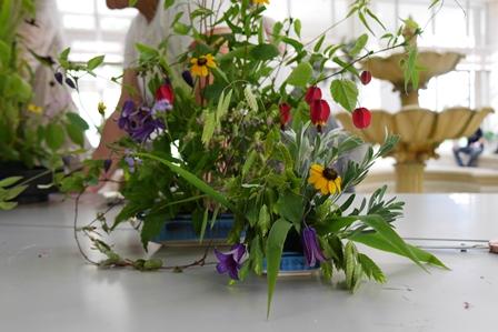 草花を自然にあるように生けます(花器は自宅の皿)