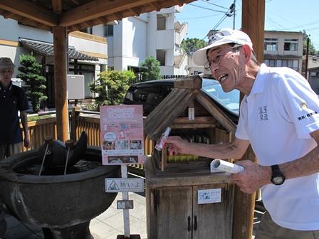 温泉水を持ちかえる容器について説明する周藤事務局長