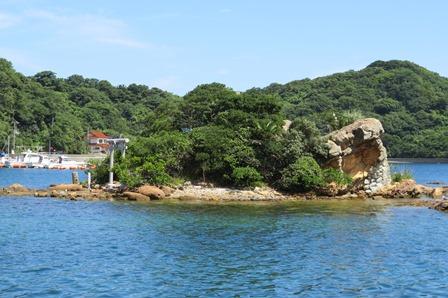 笠浦漁港から見える小さな島。火山物質を含む堆積岩。