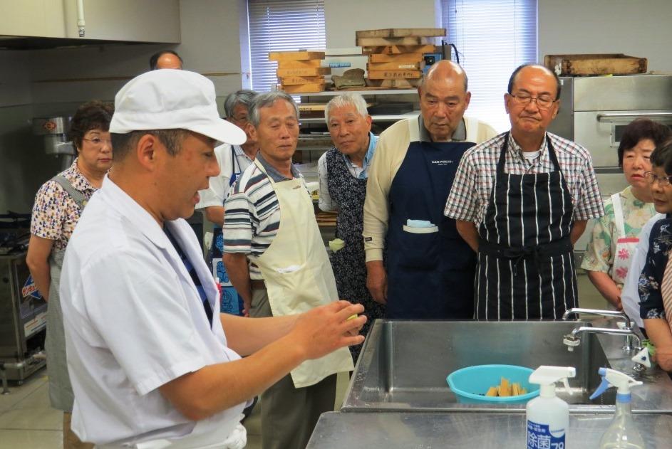 和菓子作りの講師は優美堂の万代優徳(まんだいまさのり)氏 鮮やかな手つきを披露