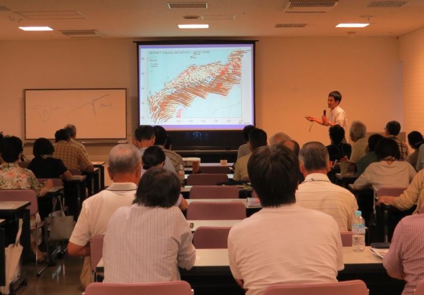 日本列島各地点の動きとプレートの動きの関わりについて 熱く語る向吉助教