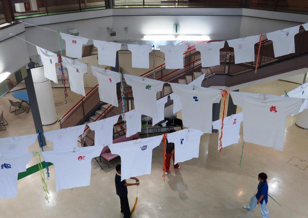 市民活動センター 1階の吹き抜け部分に展示