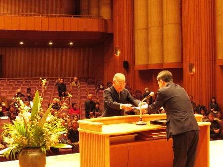 新に7人がマイスターに認定 代表としてマイスター認定証を受取る石村精二さん