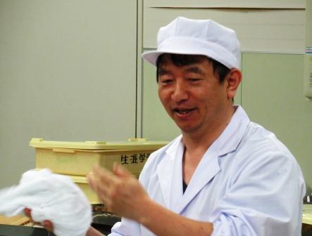 講師は山根菓子店の 山根眞一氏  本日作る和菓子は「びわ」と「朝顔」