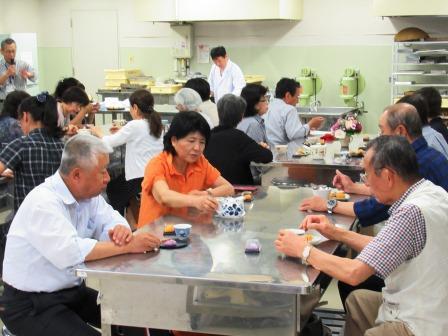 自分が作った和菓子とお茶を頂きながら楽しく懇談 和菓子づくりとともに良い仲間づくりが出来ました!!