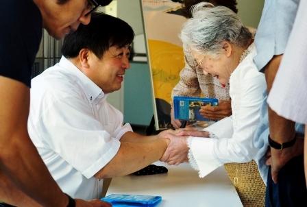 講演後のサイン会で錦織監督に握手を求める聴講生