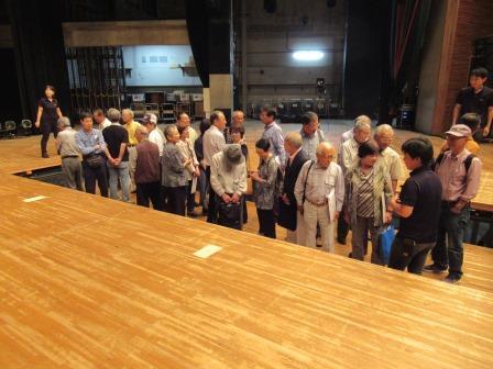 舞台上で「奈落」を初体験 何となくソワソワ