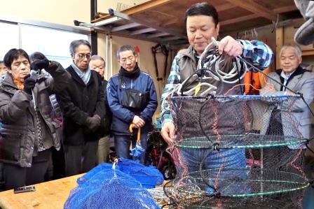 赤貝(サルボウガイ)の稚貝を育成籠に入れ、水深3~5mに吊るす エサとなる植物プランクトンが豊富なため生育が早く濃い味になる 更に砂噛みがなく料理しやすいという特徴を持つ
