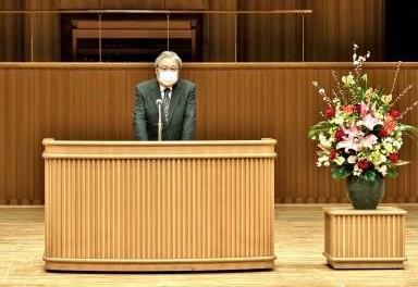 来賓祝辞を述べる、島根大学理事の藤田達郎副学長
