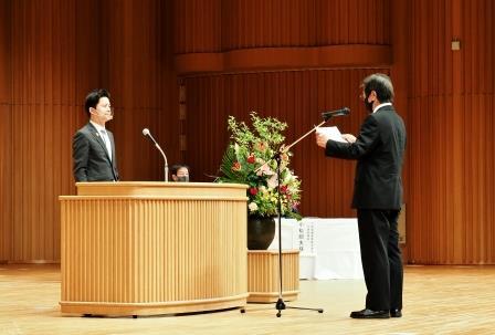 学長に誓いのことばを述べる早戸澄男さん