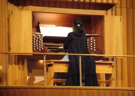 シェルハブ・メソッドの指導を受ける前と後に、パイプオルガンの演奏を聞き、音の響きの違いを体感