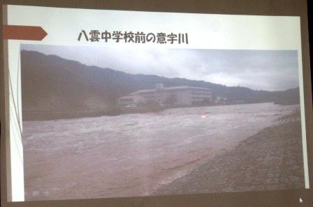 八雲中学校前を流れる増水した意宇川 濁流が流れ下る