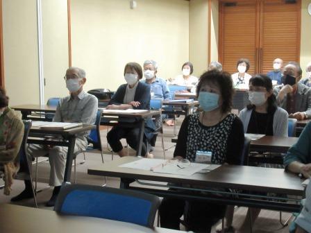 旧制松江高校について講義を聴く受講生