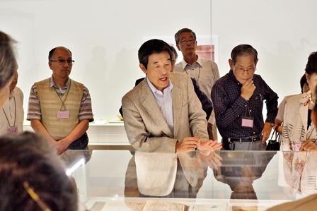 展示室にて出雲焼の茶陶について解説