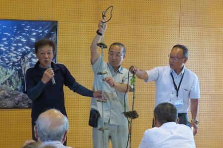 島根町イワガキ養殖組合会長 小川喜美夫さん(左)