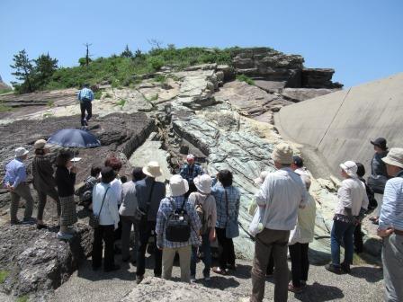 恵曇町手結(たい) 1500万年前に出来た緑色の地層の成り立ちについて熱心に聞き入る受講生