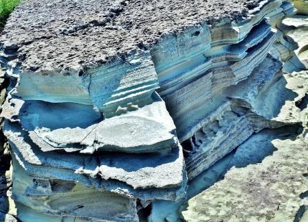 これがグリーンタフ!! 火山灰が海水と反応し美しい色に変化! 堆積した層毎に微妙に色が違う