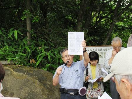 銅鐸の表面には、鹿、海亀やトンボなどが描かれていることを図で説明する、講師の荒神谷博物館学芸顧問 平野芳英氏