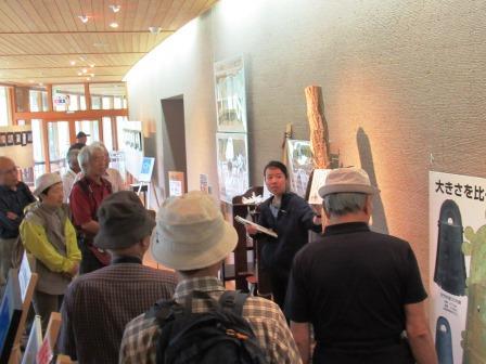 荒神谷博物館学芸主任の柏谷実加さん 荒神谷で発掘された銅鐸の特徴を解説