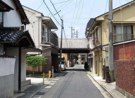 人参方への出入りを管理していた門 柱や梁は、両側の民家に取り込まれていますが、今なお往時の面影を残しています