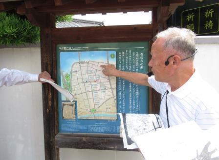 講師を務める、NPO法人まつえ・まちづくり塾理事の堀江一夫さん 寺町案内図を使い、大正3年この先に初代新大橋が架橋されたことを説明