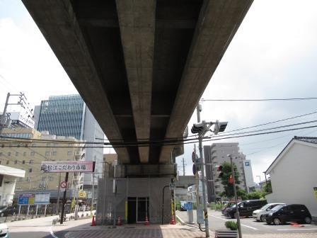 JR山陰線の高架(松江・乃木駅間) 明治41年官設鉄道が安来駅から延伸し、その終着として松江駅が開業 その翌年、宍道延伸によりこの区間が開通