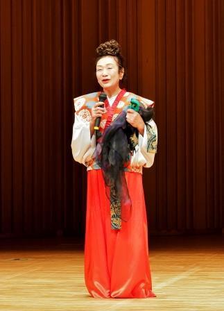 古代の雰囲気たっぷりの手作り代衣装をまとい講演する本間恵美子氏
