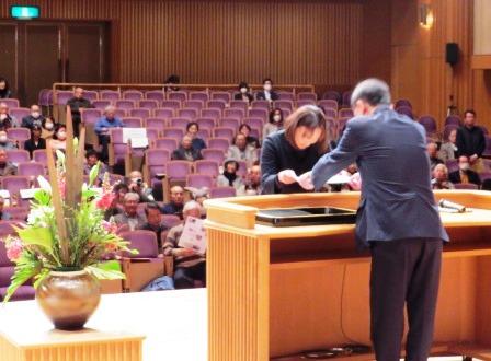 新に6人がマイスターに認定 代表してマイスター認定証を受取る片岡温子さん