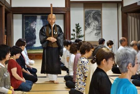 瞑想にふける受講生、まっさらな心に・・・