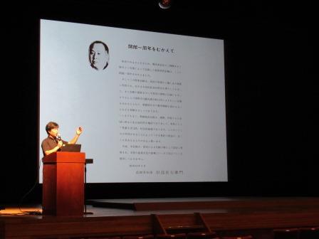 県民会館の説明をする小野修平さん