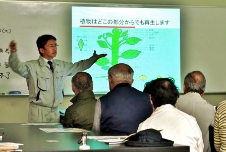 バイオテクノロジーについて講義する、松江農林高等学校生物生産科長 曽田稔教諭