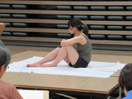 床に座ったポーズ