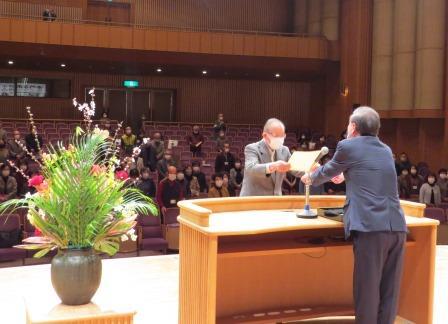 修了生134人の代表として修了証書を受取る田辺米一さん