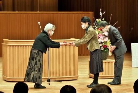 皆勤賞77人の代表として賞状と副賞を受取る樋野善久さんと中路紀美代さん