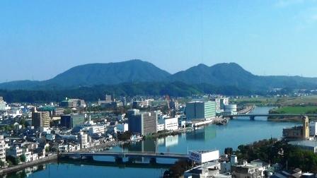 400万年前の噴火で出来た嵩山(左)と和久羅山 この溶岩の先端が宍道湖側に張出し流路を大きく狭めた結果、宍道湖と中海が出来ました