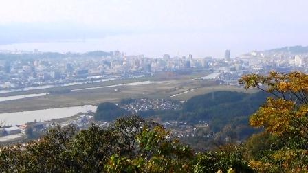 和久羅山頂上から望む松江平野 宍道湖と中海が出来たことにより、土砂が堆積し沖積平野(松江平野)が出来ました