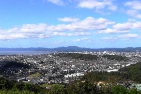 茶臼山頂上から宍道湖を望む ここから流れ出た溶岩が上乃木台地(中央の台地)を通り宍道湖に到達したことがよくわかります