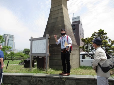 青柳楼の大燈籠に使われている地元産の来待石(きまちいし)について説明する松本教授